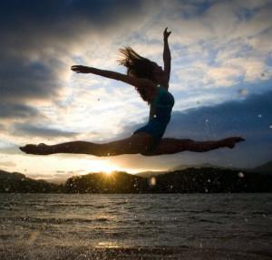 Счастливая-танцующая-девука